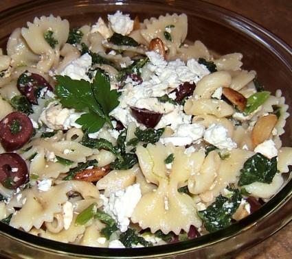 Ζυμαρικά με σπανάκι, φέτα και ελιές