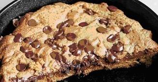 Μπισκοτένια πίτσα με γέμιση μερέντα και κομματάκια σοκολάτας